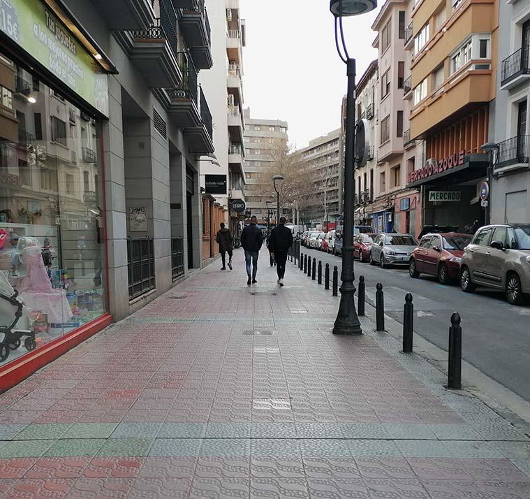 personas caminando por la calle azoque