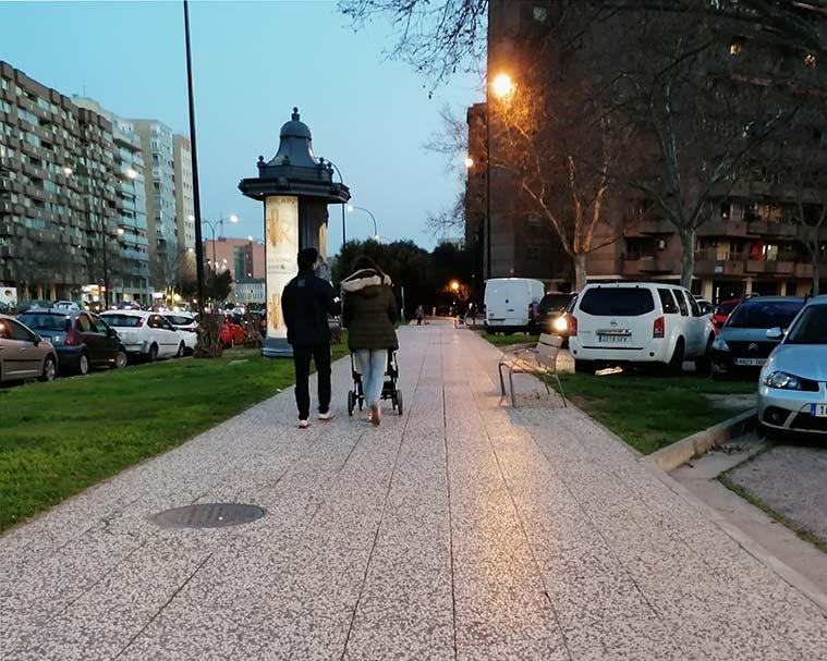 personas paseando por la avenida cesareo alierta a la altura del parque miraflores