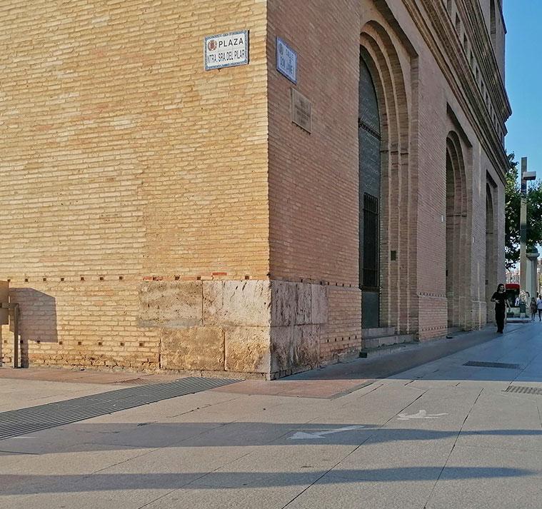 Los restos de la Puerta del Ángel los podemos ver en la esquina de La Lonja que da a la calle Don Jaime