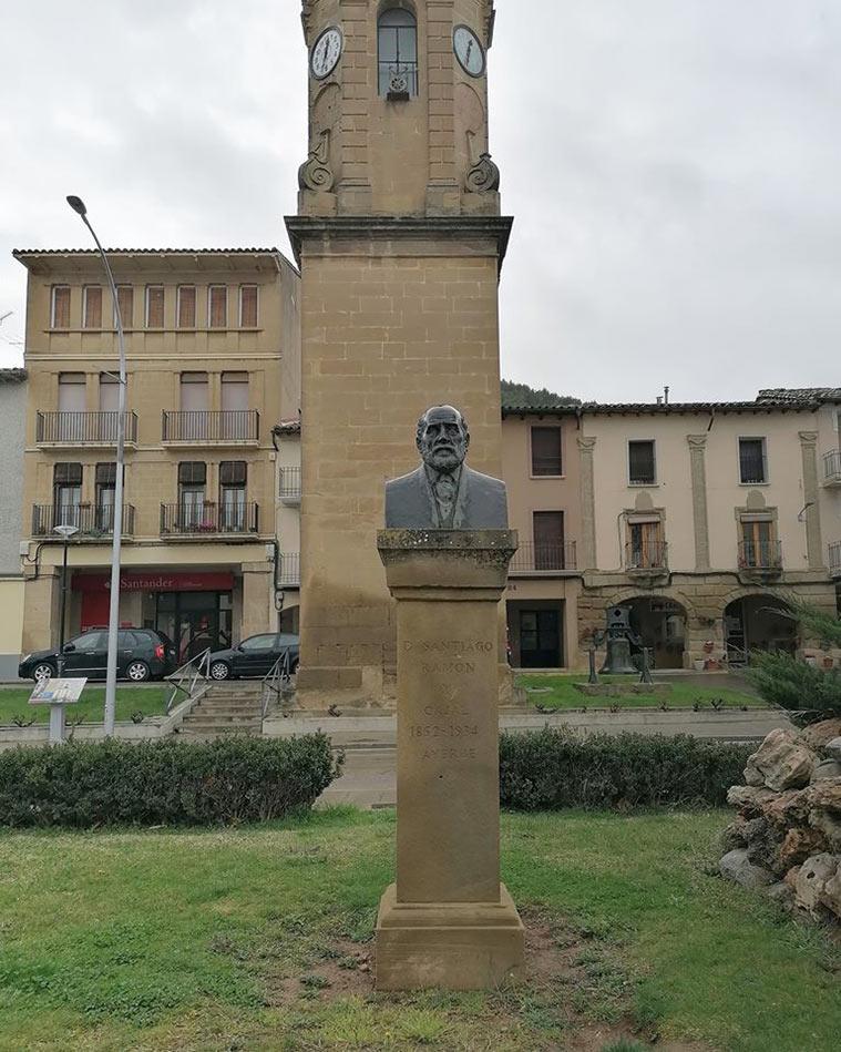 Monumento a Ramón y Cajal en la plaza homónima