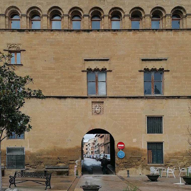 Fachada principal del Palacio de los Marqueses de Urriés o de Ayerbe