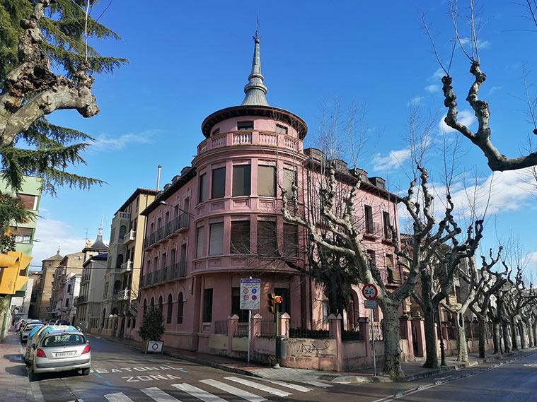 Uno de los preciosos palacetes que rodean el Parque Miguel Servet de Huesca