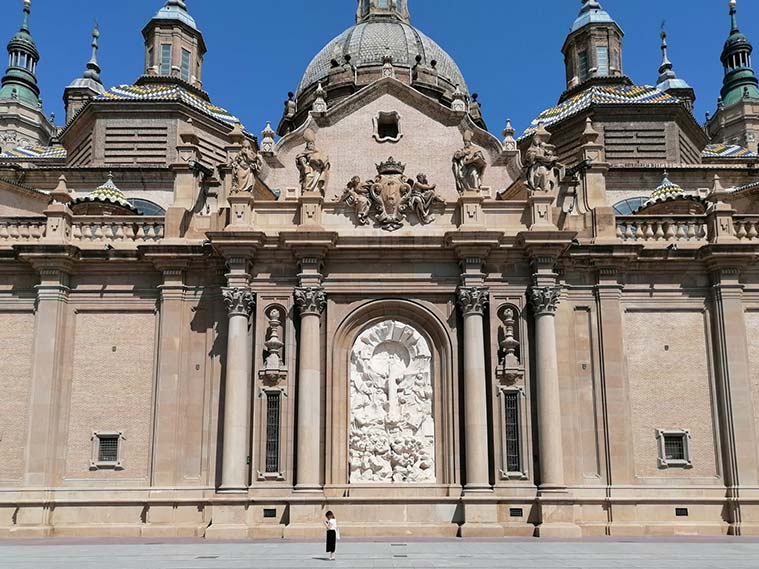 Relieve de Pablo Serrano que representa la Venida de la Virgen del Pilar a Zaragoza.