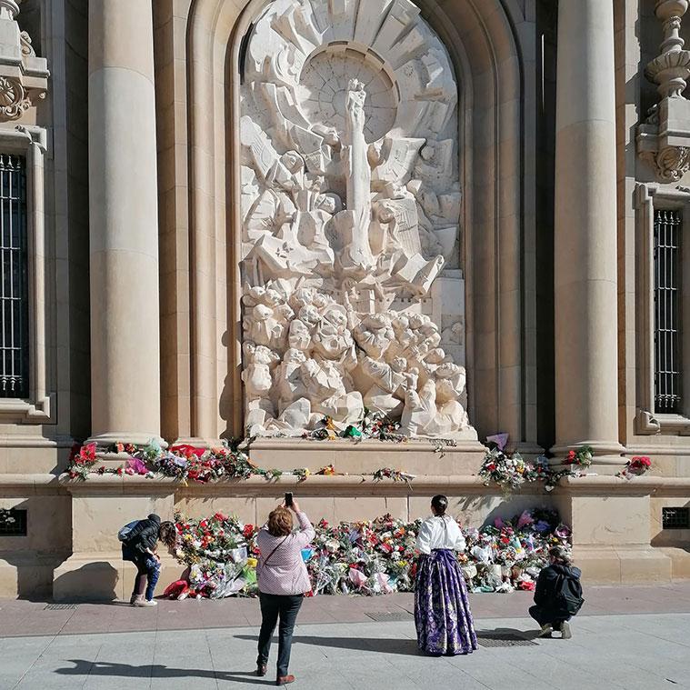 Ofrenda de flores en la celebración del 12 Octubre en el relieve de Pablo Serrano que representa la venida de la Virgen del Pilar a Zaragoza