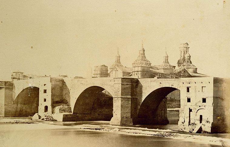 la basílica del Pilar, desde la otra orilla del Ebro.con antiguo puente, el puente de piedra, el más antiguo de la ciudad, de origen romano y restaurado en numerosas ocasiones.