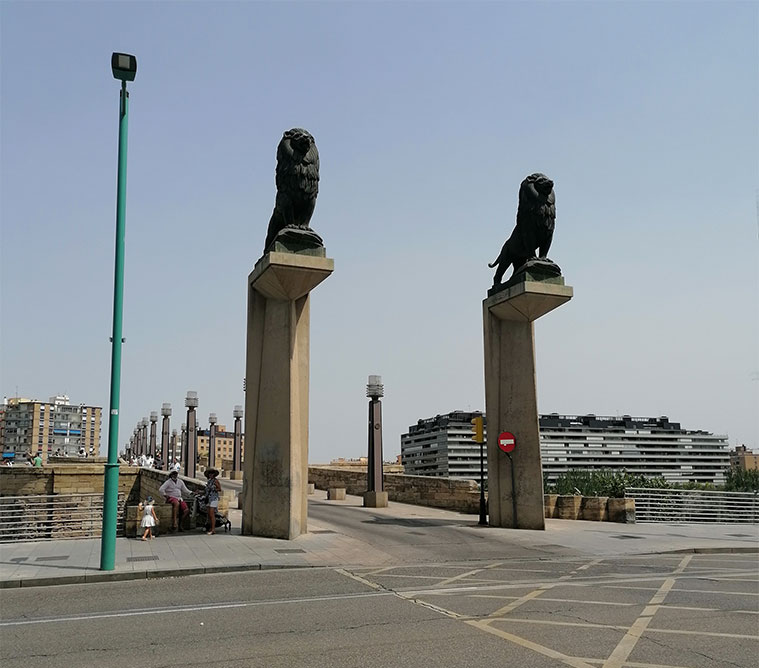 los leones del puente de piedra vistos desde el paseo echegaray y caballero