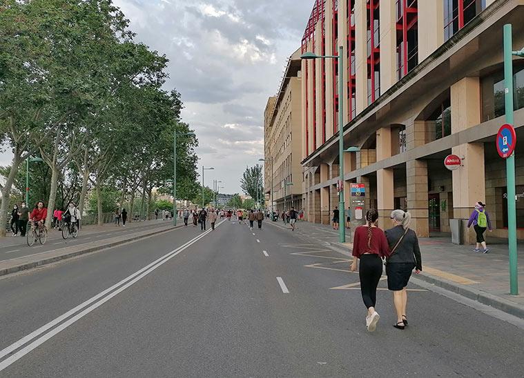 Personas caminando por Echegaray y Caballero en uno de los 'fines de semana peatonales' puestos en marcha por el Ayuntamiento de Zaragoza