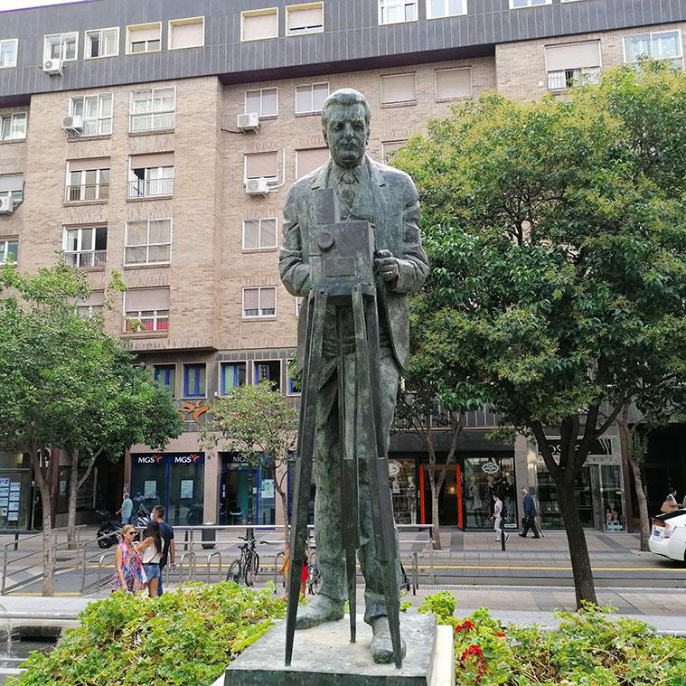 Viata del Monumento en la Plaza Ariño al zaragozano Eduardo Jimeno Correas, pionero del cine español. al fondo puede verse la Calle Don Jaime I