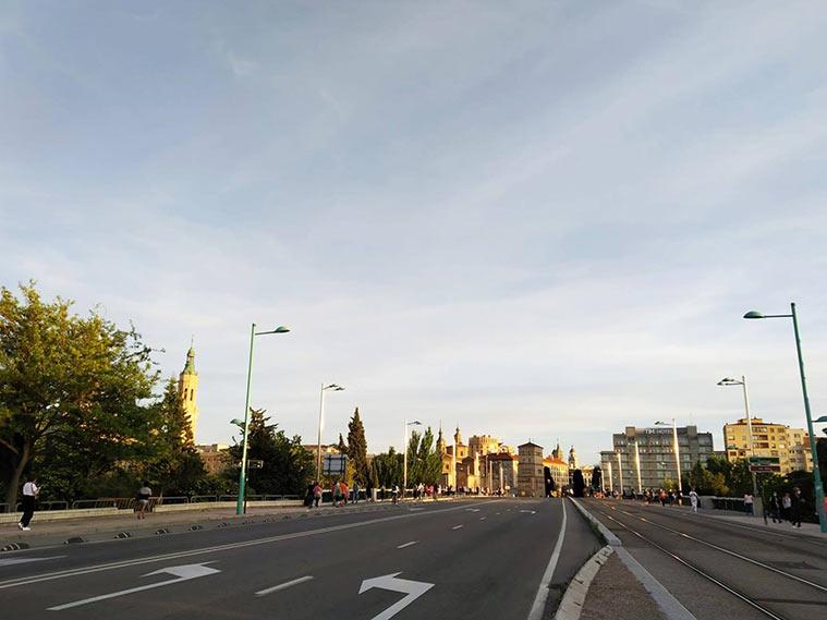 El zaragozano Puente de Santiago se ha vuelto a llenar de gente