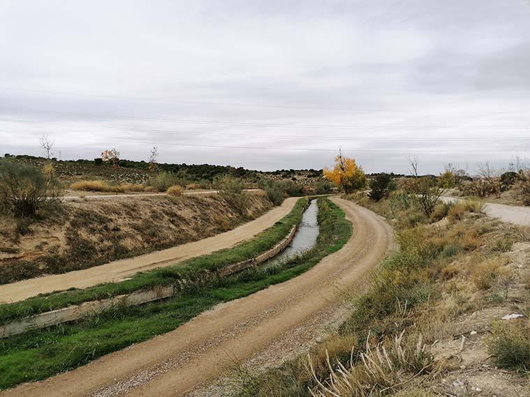 A partir de las esclusas de Valdegurriana el Canal Imperial se convierte en una acequia y va a buscar el Ebro, donde muere después de 110 km de recorrido