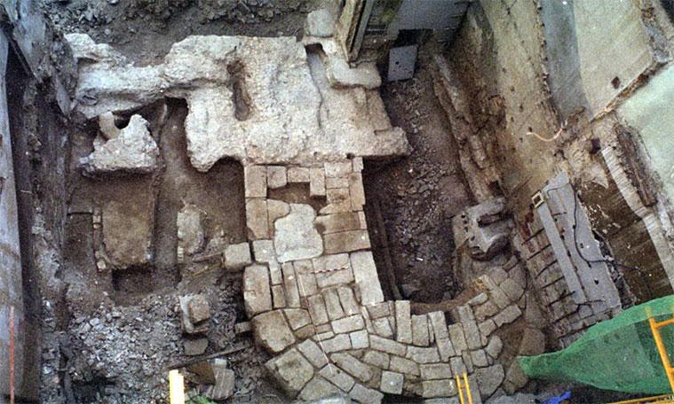 Base casi completa de un torreón en el solar del número 52 de César Augusto
