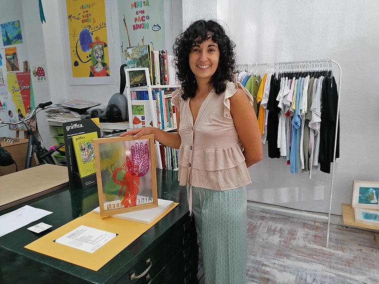 Natalia Royo, propietaria de Tintaentera, nos muestra obra gráfica hecha en su taller
