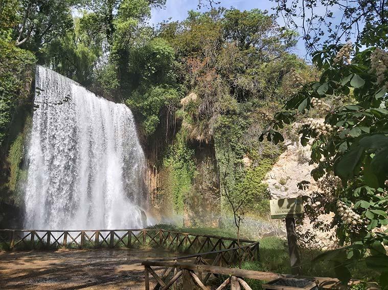 El Río Piedra lanza al vacío de manera estrepitosa esta preciosa cascada, la Caprichosa.