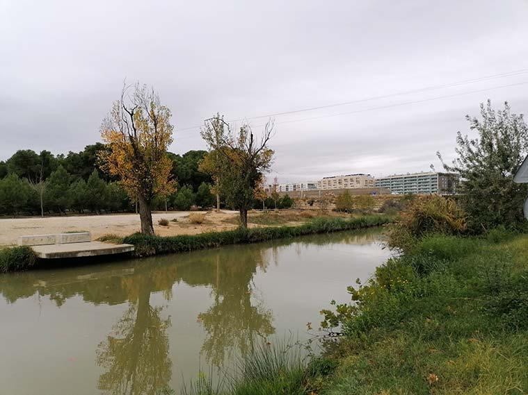 El camino hacia las esclusas de Valdegurriana es una amplia pista de tierra que va paralelo al cauce del Canal Imperial de Aragón y pasa junto al barrio de Parque Venecia