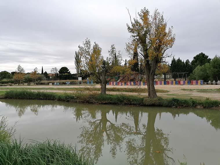 El camino hacia las esclusas de Valdegurriana es una amplia pista de tierra que va paralelo al cauce del Canal Imperial de Aragón