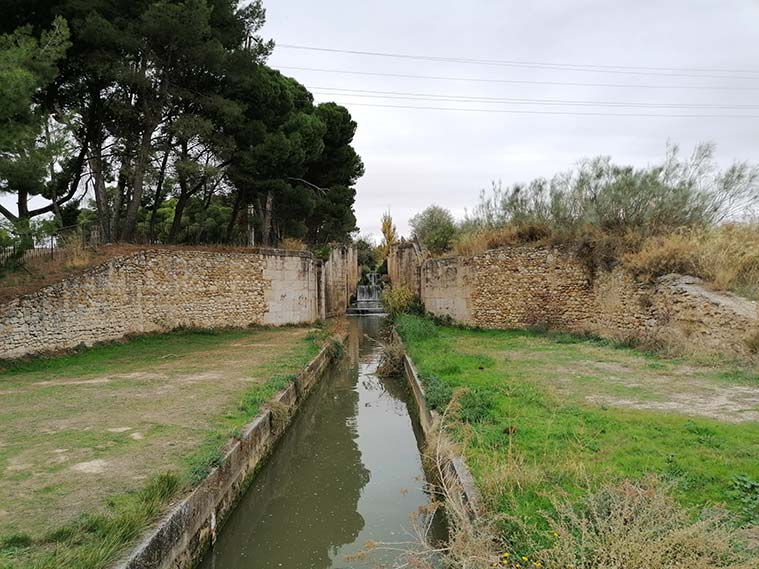 El canal Imperial a su paso por las esclusas de Valdegurriana