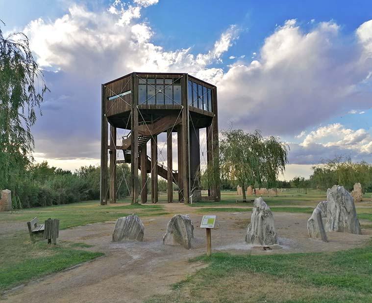 Integrado en el paisaje a modo de estructura arbórea, el mirador se presenta como una cabaña en la copa de un árbol desde donde observar la interacción hombre-medio. La transformación del paisaje y los diversos usos en el Valle del Ebro.