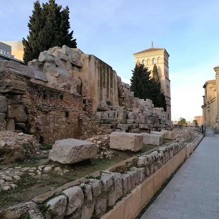 Parte posterior de la muralla romana de Caesar Augusta con el Torreón de la Zuda al fondo