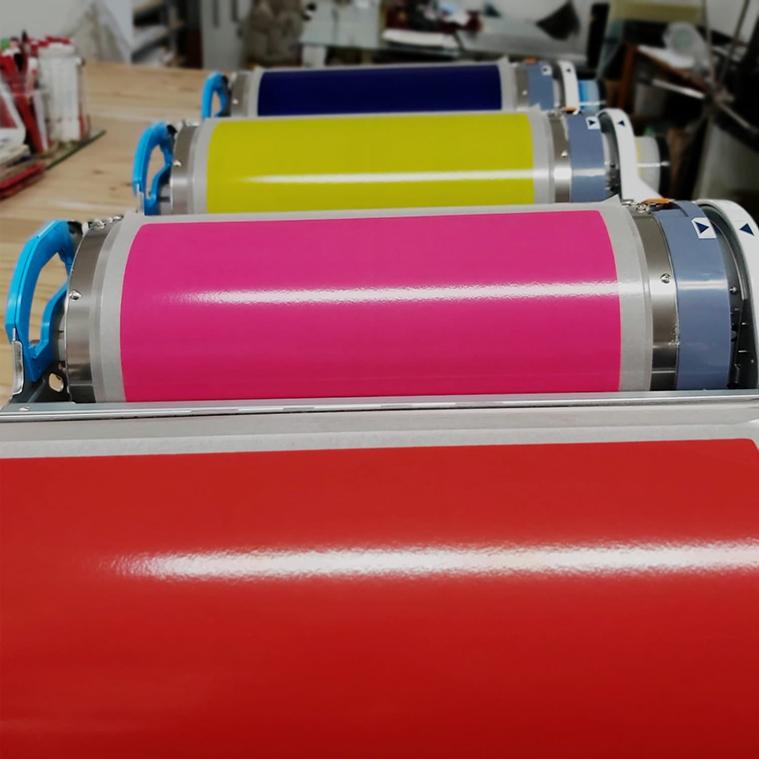 Risueño es un taller de diseño e impresión en Risografía. Está técnica de reproducción se caracteriza por su respeto al medio ambiente, tiene una fuerte personalidad estética y es accesible.