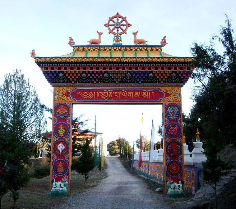 Acceso al templo budista de Panillo