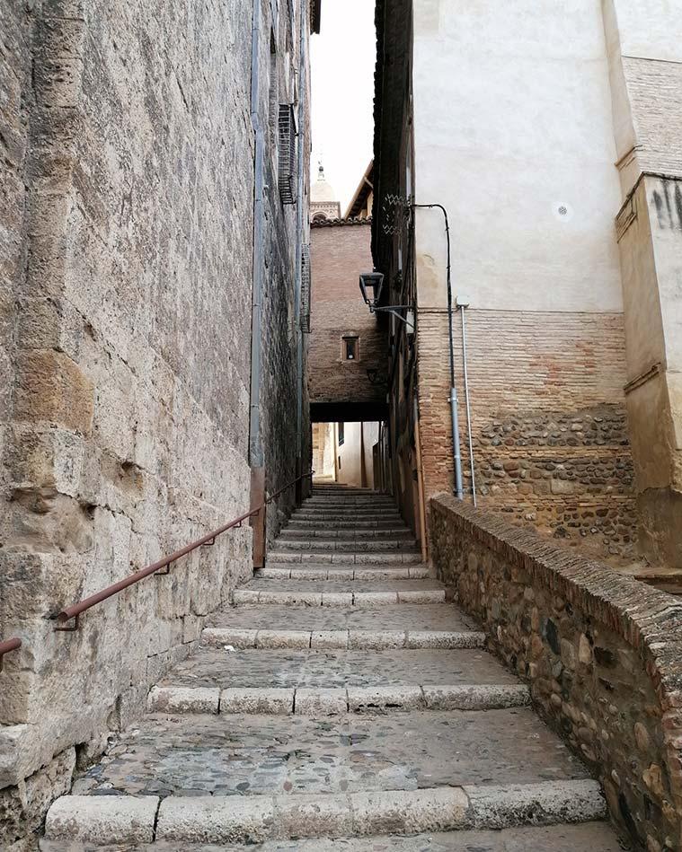 Una de las sinuosas y estrechas calles de la Juderia de Tarazona