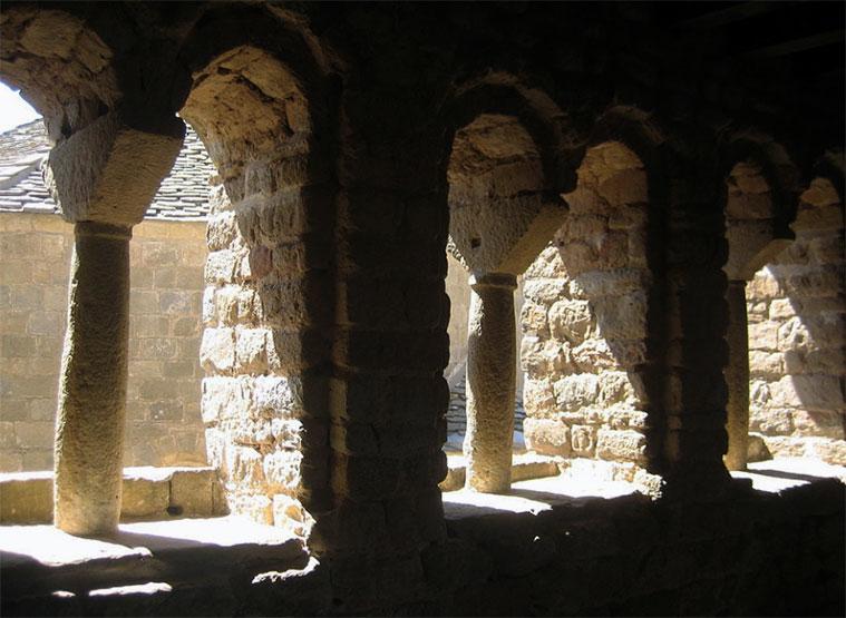 Galería de ventanas geminadas situadas en lo más alto de la estructura del castillo de Loarre