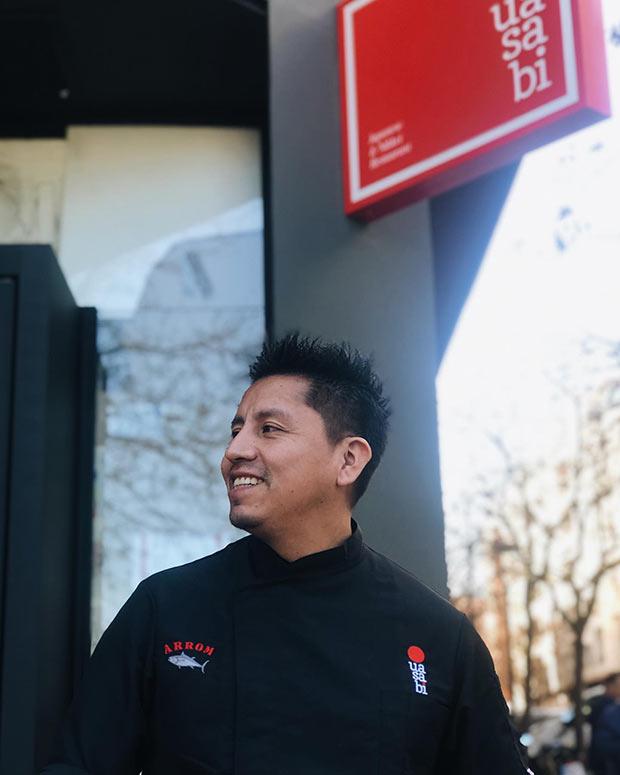 El chef Abel Mora en la entrada del Uasabai La Zona