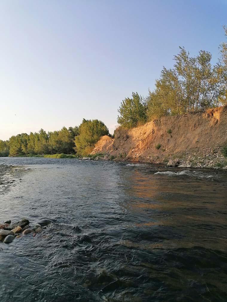 el color del rio Gallego se va oscureciendo a medida que va llegando a Zaragoza, consecuencia de los vertidos industriales