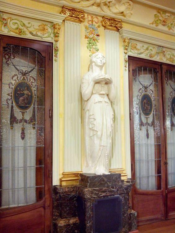 escultura modernista en el interior del casino mercantil de zaragoza