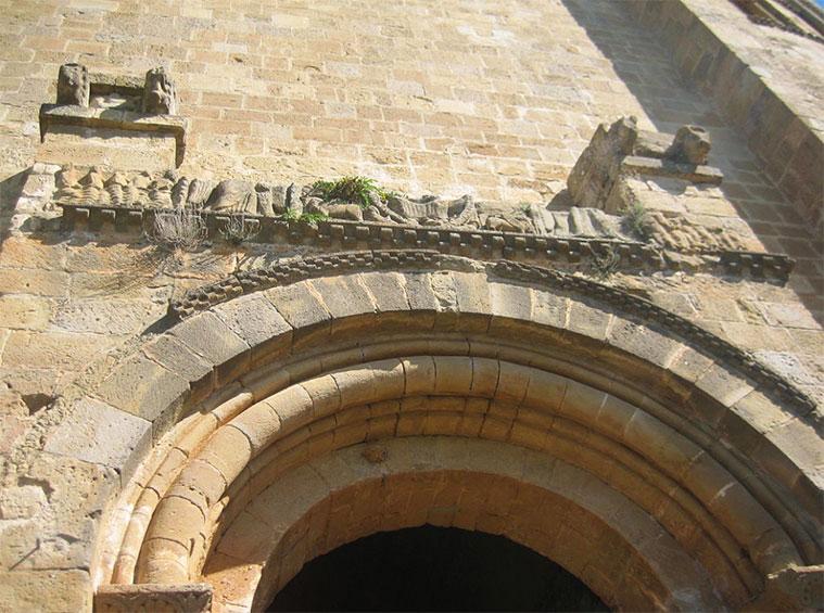 fachada romanica de la iglesia del castillo de loarre