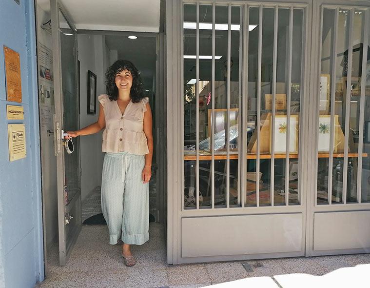 Natalia Royo nos recibe en la entrada de su taller de obra gráfica en Zaragoza