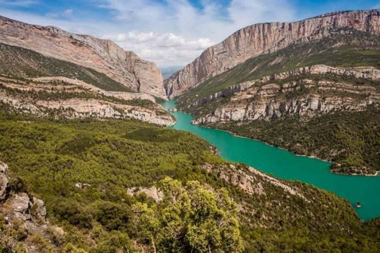 El río Noguera Ribagorzana hace frontera natural entre el Pirineo aragonés y el catalán. Se enfrenta a la barrera del Montsec en el congosto de Mont Rebei, una enorme grieta que llega a alcanzar más de 300 metros de caída vertical.