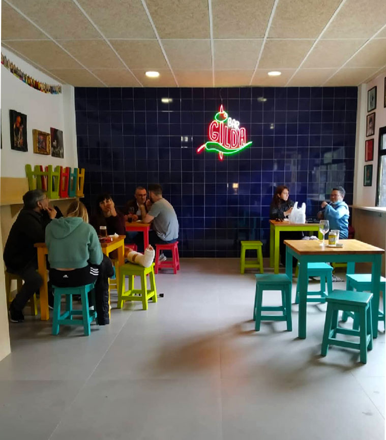 mesas en el interior del bar gilda en el barrio de la almozara
