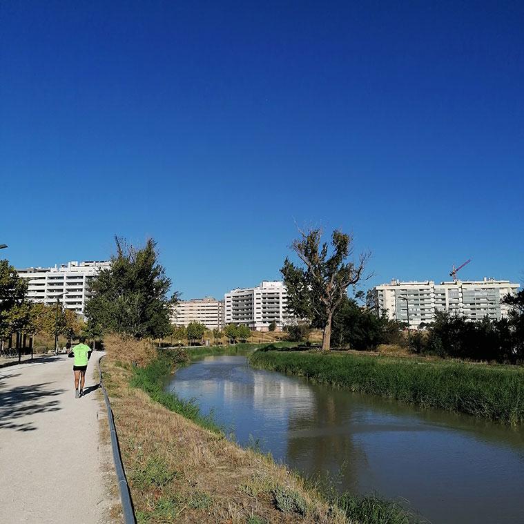 Canal Imperial a su paso por Parque Venecia