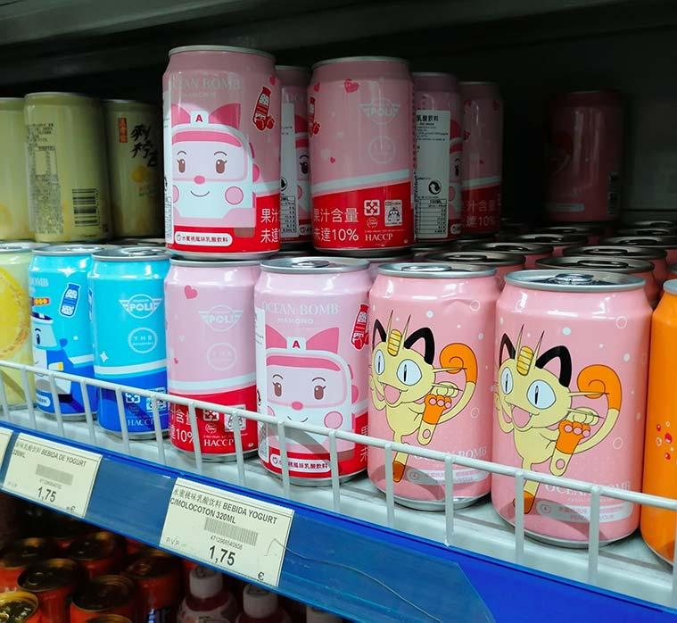 Estantes de productos en el Supermercado Chino Xinhua de Zaragoza