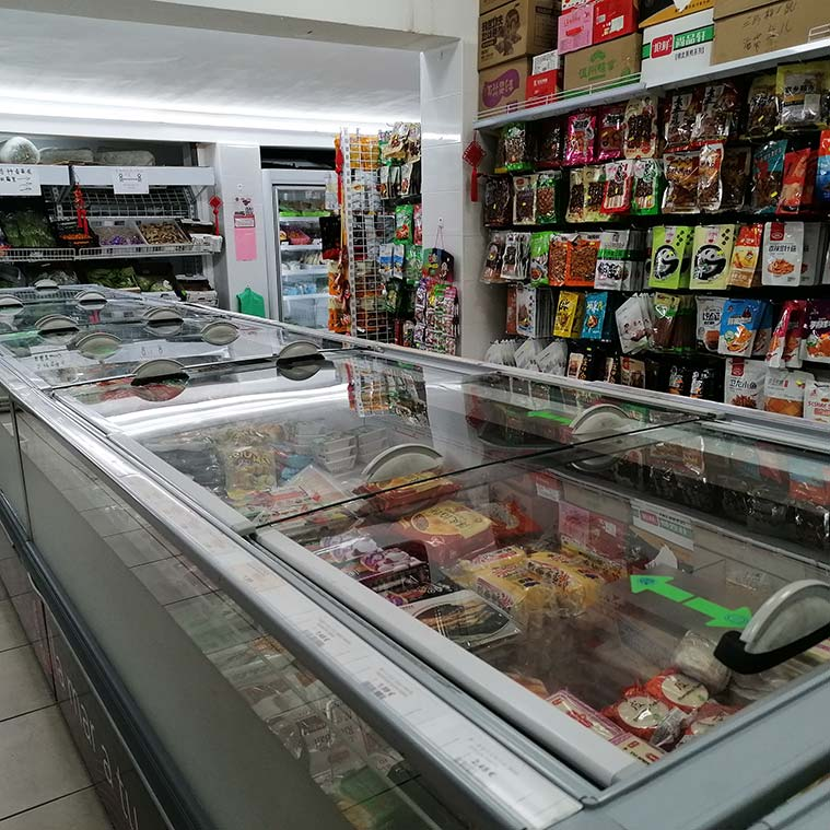 Interior del Supermercado Chino Xinhua de Zaragoza