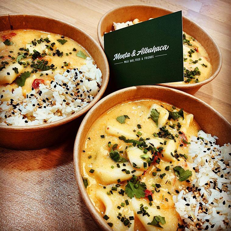 Calamares Thai, guisados con leche de coco, verduras y curry rojo, acompañados de nuestro arroz jazmín...
