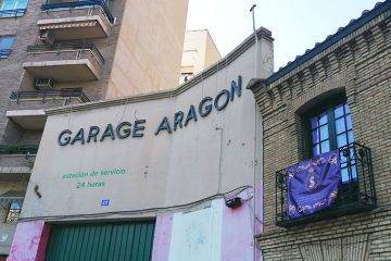 El garaje aragón y la iglesia de San Miguel en el Paseo de la Mina