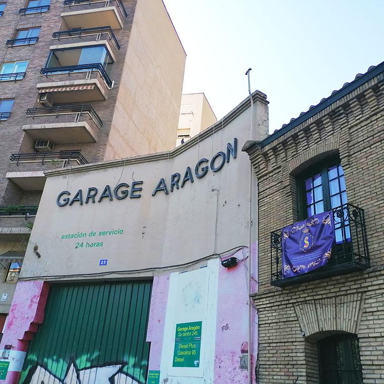 El antiguo Garage Aragón, contiguo a la iglesia de San Miguel de los Navarros