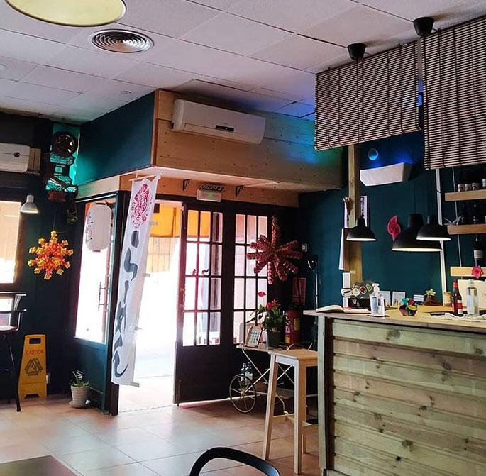 Interior de la taberna japonesa Senbazuru Ramen Bar de Zaragoza