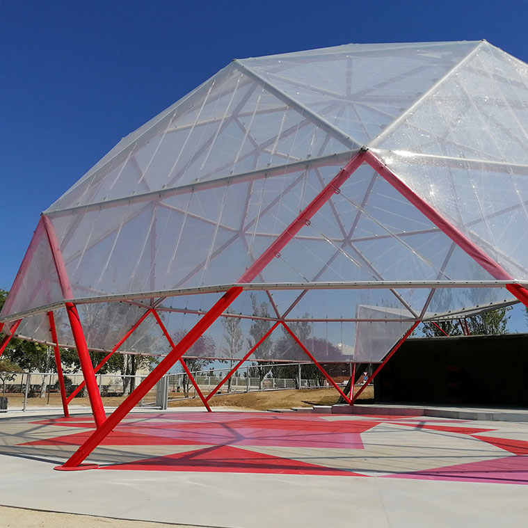 La pista bajo la cúpula geodesica se divide en piezas trianguladas para crear un pavimento colorido