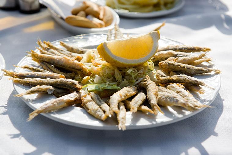 Plato de oescaíto frito en la Mar de Cádiz