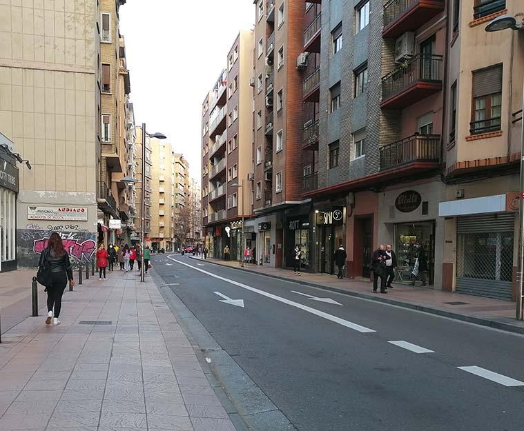 Personas caminando por el Paseo Teruel de Zaragoza