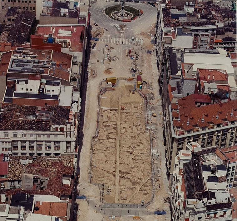 Fotografia aérea de la ciudad islámica del siglo XI que salió a la luz en 2001 con las obras de reforma del Paseo de la Independencia (Imagen: Archivo del Ayuntamiento de Zaragoza)