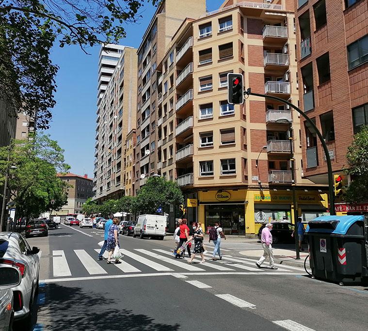 Personas cruzando en la Calle Bretón de Zaragoza