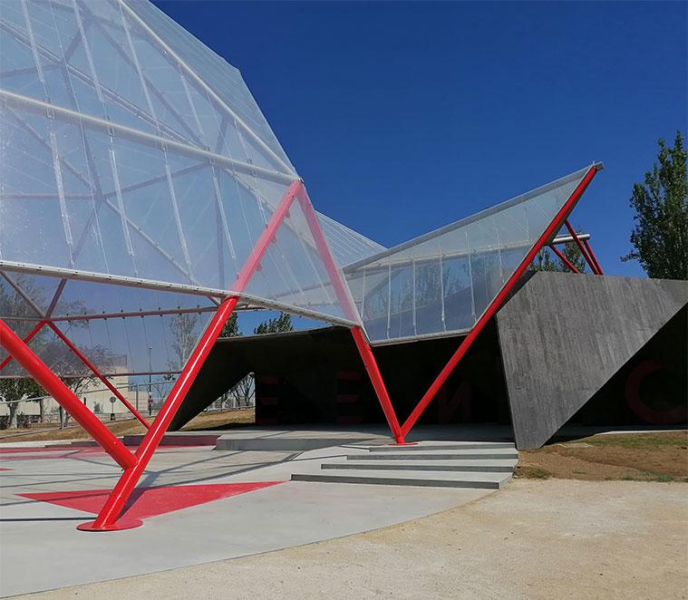 el hormigón llega al escenario de La Cúpula Geodésica y sube creando una cubierta de losas de hormigón armado apoyadas sobre costilla