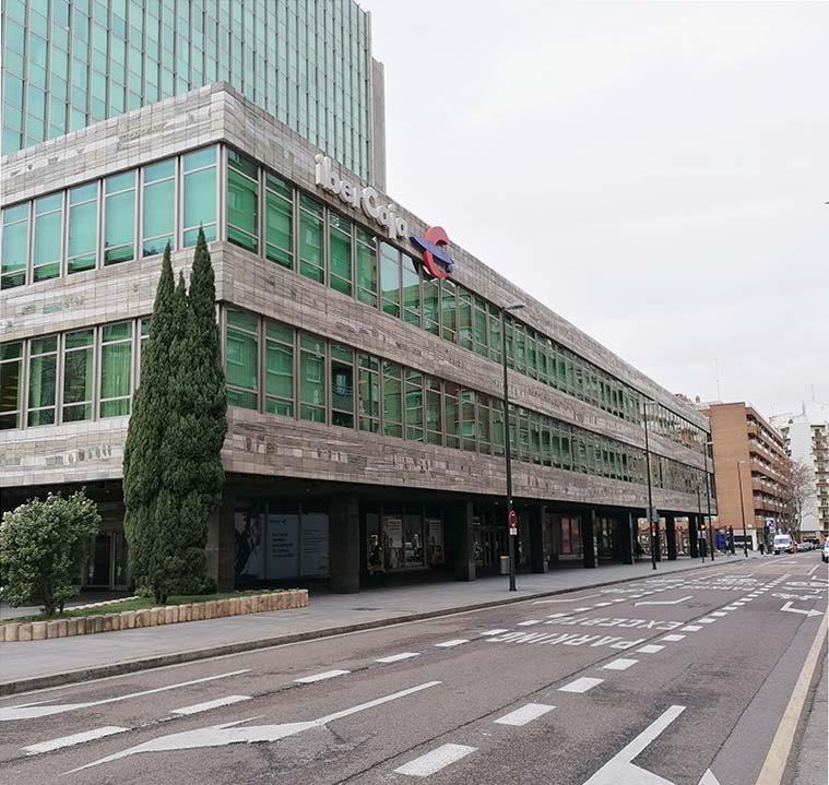 Vista de la sede central de Ibercaja de la calle San Ignacio de Loyola