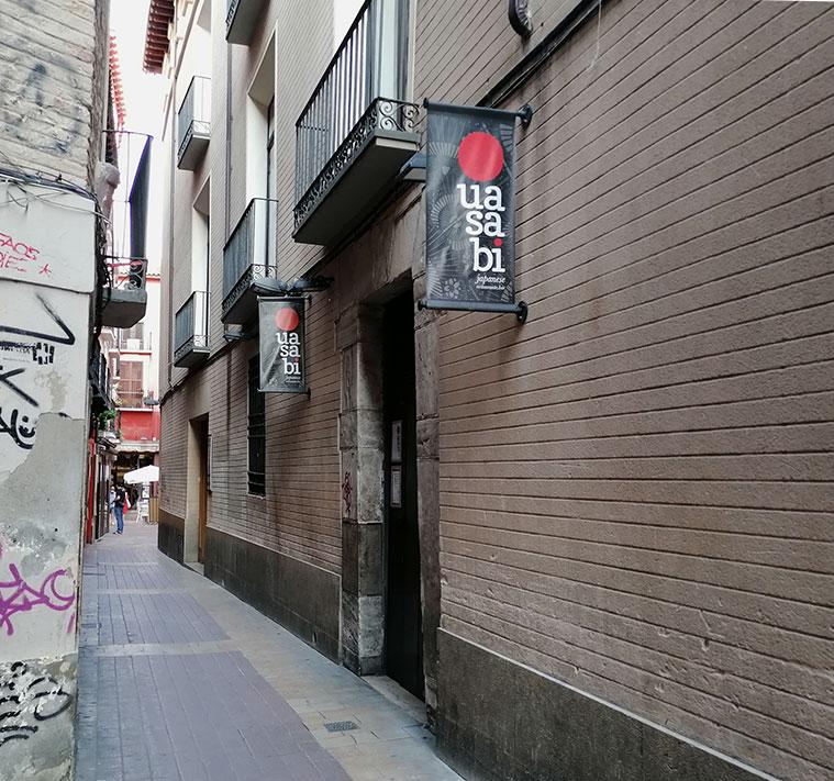 Vista del Restaurante Usabi desde la Calle Cuatro de Agosto