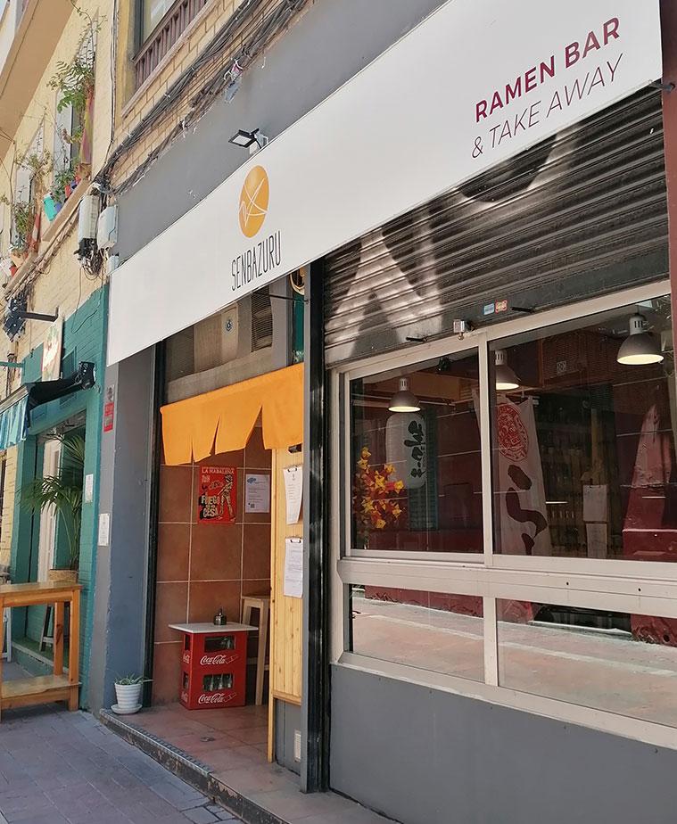 Vista del Senbazuru Ramen Bar desde la Calle Heroismo