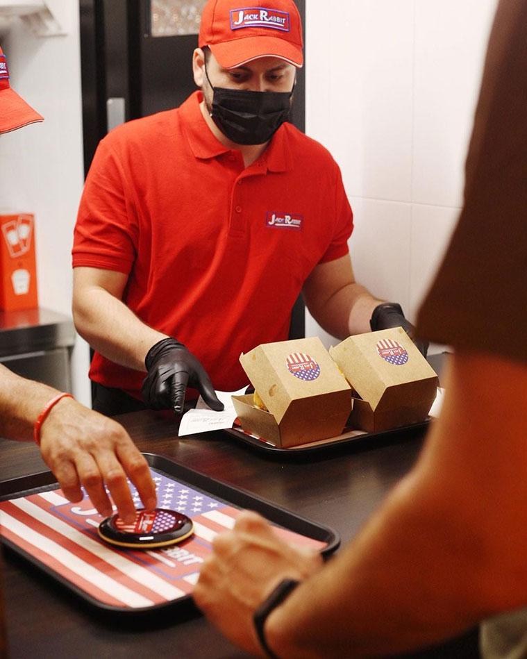 autoservicio en la hamburgueseria americana jack rabbit